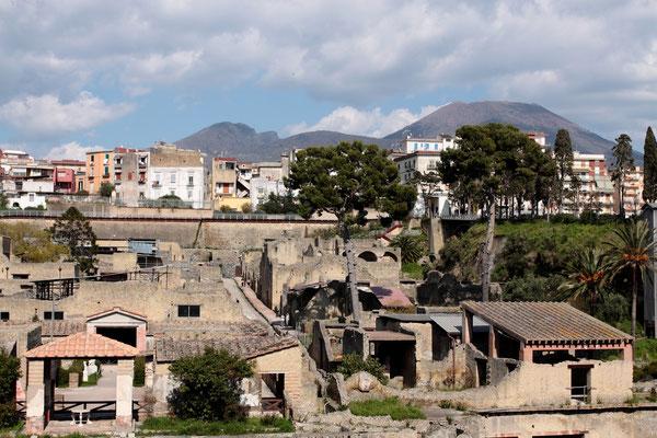 Herculaneum-hier lebten zur Zeit des Ausbruchs etwa 5000 Menschen und war mehr ein gepflegter Wohnsitz als ein geschäftiges Handelszentrum wie Pompeji.