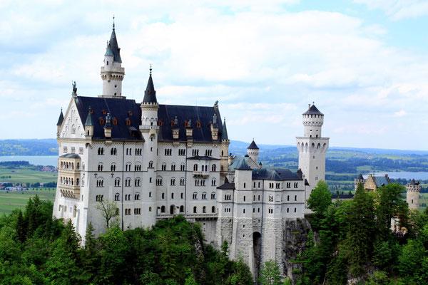 Gebaut und möbliert im mittelalterlichen Stil mit moderner Ausstattung seiner Zeit ist Neuschwanstein heute das bestbekannteste und meistfotografierte Gebäude der Welt..