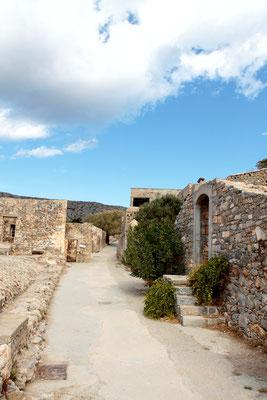 Ungefähr acht Jahre später wurde die Leprastation Spinalonga überflüssig und aufgelöst. Viele Bewohner konnten die Leprainsel geheilt verlassen.