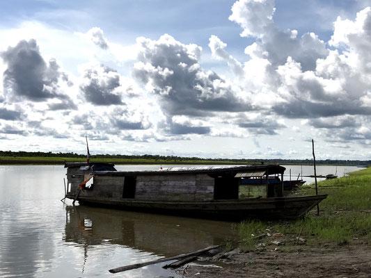 Mit dem Motorkanu geht es weiter den Amazonas flussabwärts in den Dschungel.