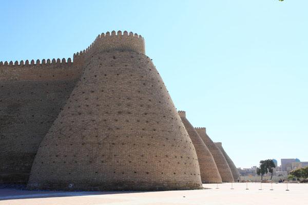 Trotz der Bewehrung mit dicken Rundtürmen wurde der Ark im Jahr 1920 durch die Rote Armee eingenommen und große Teile der Anlage zerstört. Bis heute kann man nur einen kleinen Teil der Festung besichtigen.