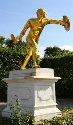 Goldene Figuren im Gartentheater