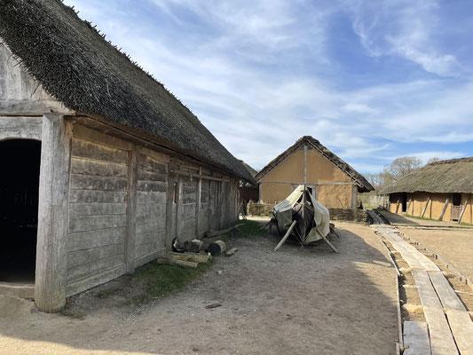 Die Themen für die einzelnen Gebäude wurden durch Funde organischen Materials bei Ausgrabungen ausgewählt, die dadurch gut nachgewiesen werden konnten.