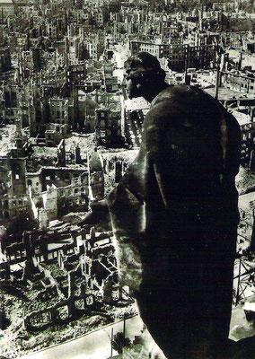 Allegorie der Güte mit Blick auf das zerstörte Dresden