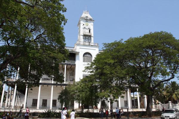 """In Stone Town, der Altstadt von Sansibar City, liegt an herausragender Stelle das """"House of Wonders"""". Es ist das größte Gebäude der Stadt und wurde 1883 für Barghash bin Said, den zweiten Sultan von Sansibar, gebaut."""
