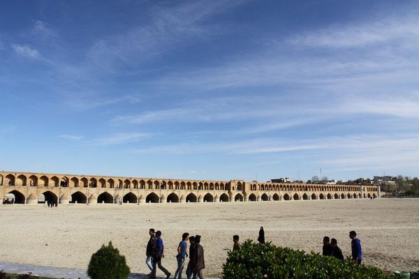 Eine von 4 historischen Brücken in Isfahan, die Pol-e Chubi. 1665 erbaut führte sie in safawidischer Zeitüber den Kanal, der die Gärten mit Wasser versorgte.