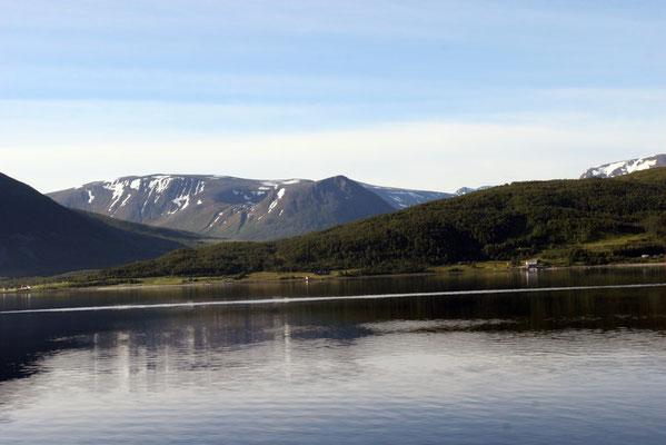 über den anschließenden Fjord Grotsundet erreicht man die Insel Troms mit der Stadt Tromsö