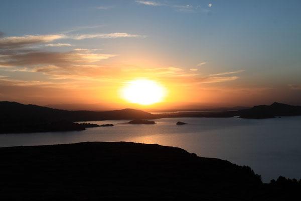 Die Strapazen des Weges werden mit einer spektakulären Aussicht auf den Titicacasee bei Sonnenuntergang belohnt.