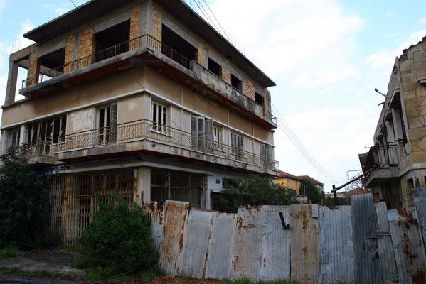 Im Jahre 1974, dem Jahr der türkischen Invasion im Zypernkonflikt, mussten die Anwohner vor den türkischen Invasionstruppen fliehen und ihre Häuser aufgeben.