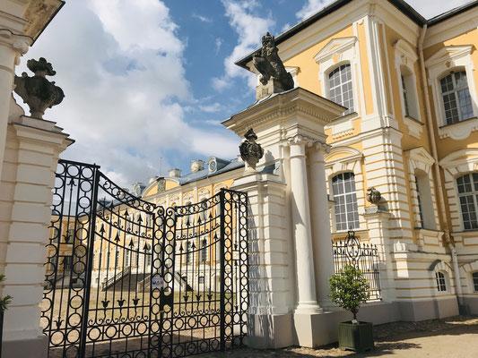 Schloss Rundale, dt. Ruhenthal. Mit dem Bau dieses wunderhübschen Barockschlosses wurde bereits 1736 begonnen und ist das Herzstück  der lettischen Region Semgallen