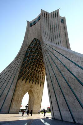Azadi bedeutet Freiheit und bezieht sich auf die Souveränität des Staates Iran. Es wurde 1971 anlässlich der 2500-Jahrfeier des iranischen Kaiserreichs errrichtet. Innen befindet sich ein kleines Museum
