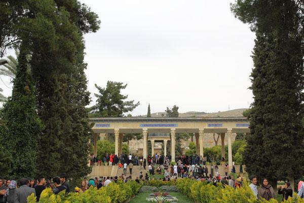 Shiraz, die Stadt der Liebe, Rosen und Nachtigallen. Am Grab des Dichters Hafiz verbringen frisch verheiratete Paare ihre Hochzeitsreise und sowohl für glücklich, als auch für unglücklich Verliebte ist das Mausoleum ein Wallfahrtsort.