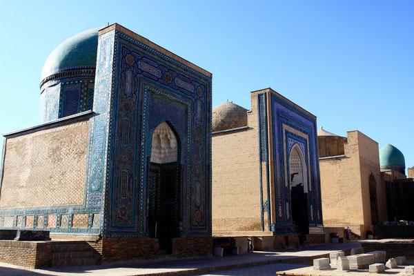 """Die Entstehung als Totenstadt verdankt sie der Vermutung der Grabstelle eines Begleiters des Propheten Mohammed. Der Legende nach als der lebende Herrscher, also """"Shohizinda"""" bezeichnet, wurde er dennoch von Ungläubigen enthauptet."""
