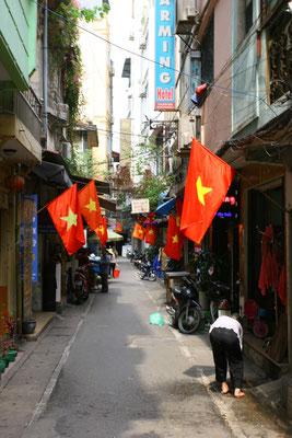 Bunte Fahnen in der Hauptstadt Hanoi zum Nationalfeiertag am 30.04.
