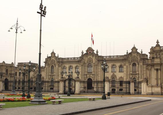 Der Regierungspalast am Plaza Major ist scheinbar menschenleer. Die Peruaner streiken und demonstrieren gern, aktuell im August 2017 demonstrieren die Lehrer bereits seit 2 Monaten. daher war der Platz abgesperrt.