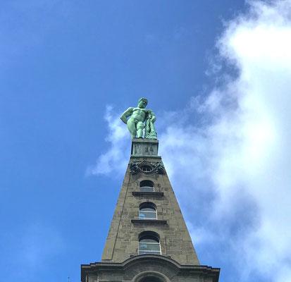 Die Welterbestätte beginnt am berühmten Wahrzeichen Kassels – dem Herkules. Dieser befindet sich an der Spitze einer Pyramide, die auf dem Oktogon steht. Die Statue selbst hat eine Höhe von 8,25 m, die gesamte Pyramide misst 37,25 m.