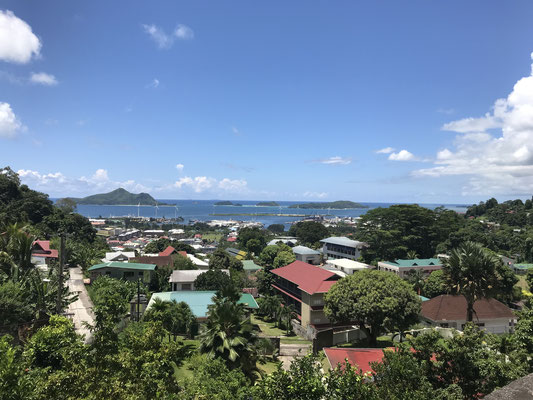 Die Hauptstadt Victoria ist mit ca. 30.000 Einwohnern, einem Drittel der Gesamtbevölkerung, die kleinste Hauptstadt der Welt. Auf der Insel Mahe gelegen ist sie überhaupt die einzige Stadt auf den Seychellen.
