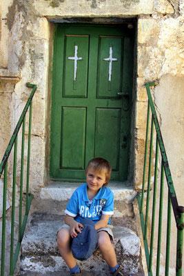kaputt nach soviel Kultur vor einer Tür der Klosterzellen