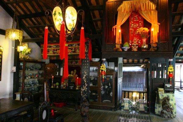 Das Phung-Hung-Haus mit kunstvoller Innenausstattung und das einzige mit einem frei hängenden Ahnenaltar