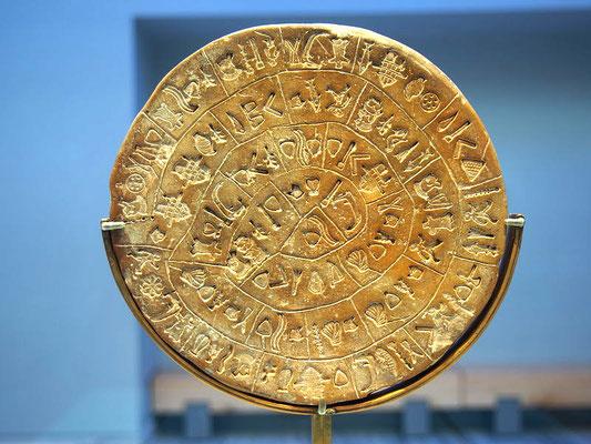 Der Diskos von Phaistos ist weiterhin eines der bedeutendsten Fundstücke. Da er mit Hilfe von Stempeln beschrieben wurde und bislang kein weiteres Fundstück seiner Art entdeckt werden konnte, zählt er zu den großen archäologischen Rätseln der Menschheit.