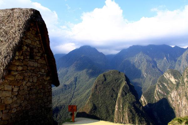 Sicher werden wir nie wissen, wozu Machu Picchu ursprünglich erbaut wurde und welchen Zwecken es im Laufe seiner Geschichte diente. Aber jeder Besucher wird von der mysteriösen Präsenz  Machu Picchus und der atemberaubenden Landschaft ergriffen.