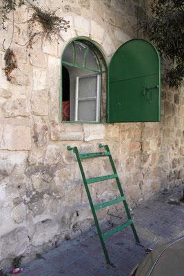 Hier treibt die Politik Israels die größten Stilblüten: die Bewohner dieses Hauses sind gezwungen, den Ausgang durch ein Küchenfenster zu nehmen, da die eigentliche Eingangstür checkpoint ist und sie somit ständigen Kontrollen ausgesetzt sind