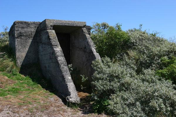 Bunkeranlagen des 2. Weltkrieges, sie behinderten noch jahrzehntelang die Nutzung des Sandstrandes. Die Beseitigung war mit erheblichen Kosten verbunden