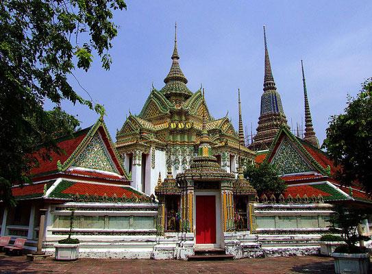 Putthawat Wat Pho - Tempel des liegenden Buddha ist ein Königlicher Tempel Erster Klasse, ein buddhistischer Tempel (Wat), der im Zentrum der historischen Altstadt von Bangkok liegt, unmittelbar südl. des Königspalastes