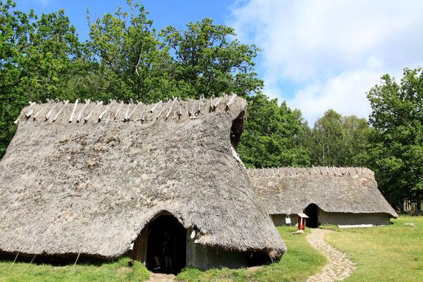 Ein nachgebautes Dorf soll die Lebensgewohnheiten der Menschen damals widerspiegeln.