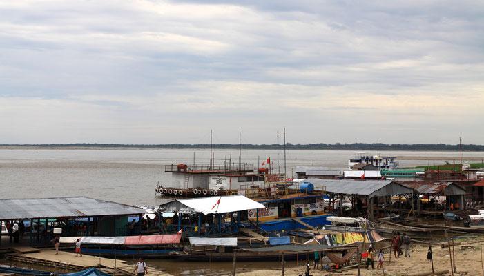 Mitten im wilden Amazonas, abgeschnitten vom Rest des Landes, liegt die Dschungelstadt Iquitos. Wer hier hin reisen will, muss entweder fliegen oder mit dem Boot anreisen, denn es führen keine Straßen in die Stadt.
