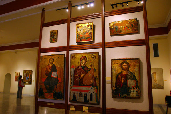 Es zeigt in zwei Sälen weit über 100 der schönsten und wertvollsten zypriotischen Ikonen und Mosaike.