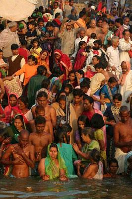 Die größte Attraktion Varanasis sind daher nicht seine Bauwerke, sondern die religiösen Handlungen der Hindus an den vielen Badetreppen (Ghats) des von den Hindus als Göttin Ganga verehrten heiligen Flusses Ganges.
