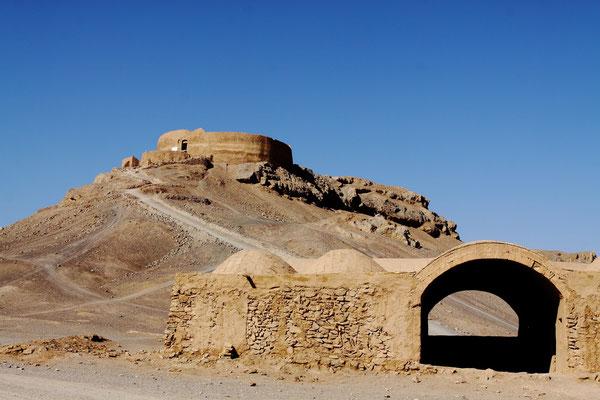 """Einer von zwei zoroastrischen Bestattungstürmen, die """"Türme des Schweigens"""". In diesem Glauben sind die Elemente Feuer, Wasser, Erde und Luft so heilig, dass die Toten darin nicht bestattet werden dürfen."""