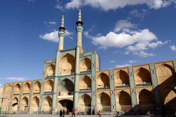 Am Eingang zum Alten Bazar entstand im 15. Jhdt. die Masdjd-e Amir Chaqmaq, von der aber nur noch die Fassade mit den beiden Minaretten erhalten blieb.