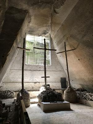 """Der Friedhof Fontanelle befindet sich in einem Höhlensystem, das erstmals 1656 als Begräbnisstätte benutzt wurde, als täglich bis zu 1500 Menschen an der """"Großen Pest"""" starben und die Friedhöfe bereits hoffnungslos überfüllt waren."""