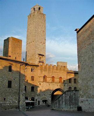 Die einzelnen Türme wurden als Festungen ausgebaut, man gelangte in das jeweils höhere Stockwerk  über Leitern, die im Belagerungsfall nach oben gezogen werden konnten.