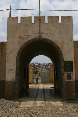 Tarrafal: Eingang des ehemaligen Konzentrationslagers aus der Zeit Salazars