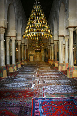 Der Betsaal wird von zwei Rippenkuppeln gekrönt: eine ist über dem mihrab, der Gebetsnische. Unmittelbar neben dem mihrab steht das wohl älteste, im Original erhaltene minbar, die elfstufige Kanzel der Moschee.