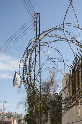 Im Westjordanland (incl. Ostjerusalem) und teils im Gaza-Streifen betreibt Israel seit den 80-er Jahren eine aggressive Siedlungspolitik, was die Perspektivlosigkeit der Palästinenser und den Hass auf die illegalen Besatzer bis heute dramatisch steigert.