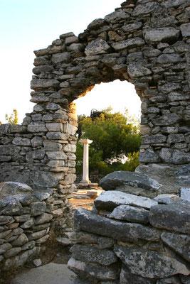 spätere Basilika aus dem 5. Jhdt. als religiöser Mittelpunkt des damaligen Ortes