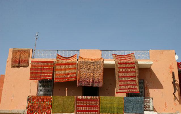 Echte Berber-Teppiche aus Marokko verkörpern einen besonderen Charme aus 100% reine Schurwolle in faszinierender Formen und Farben. Sie werden nach jahrhundertealten Traditionen in kunstvoller Handarbeit geknüpft.