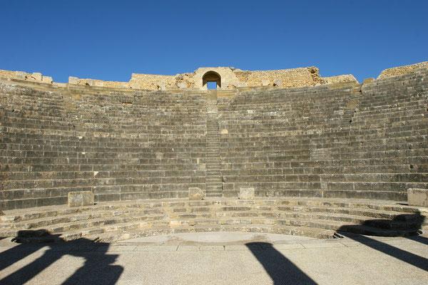 Das erste Monument, auf das man trifft, ist das Theater mit seinen 3500 Sitzen. Ein reicher Bürger der Stadt ließ es 188 n. Chr. in den Fels bauen.