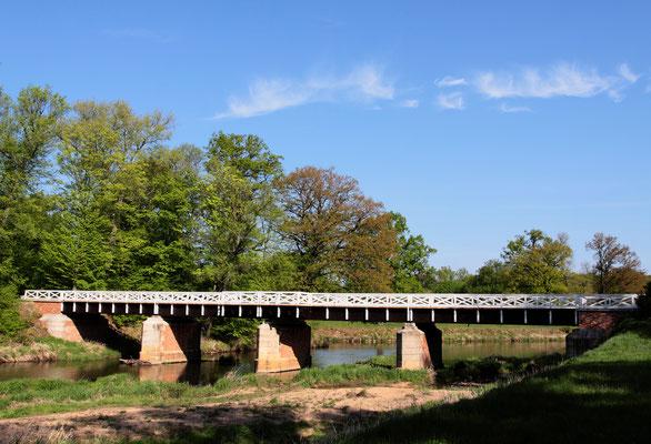 Die Doppelbrücke aus Holz trennt den Park über zwei Länder