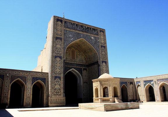 Vor dem Eingang zur Moschee ein rituelles Reinigungsbecken. Die gesamte mittelalterliche Anlage ist seit 1993 UNESCO-Weltkulturerbe.