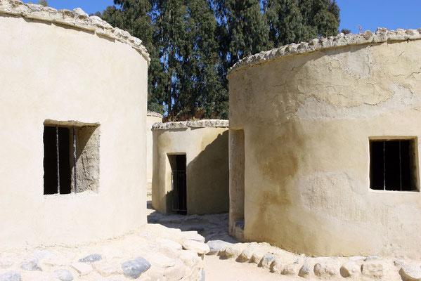 Schon zu der frühen Zeit haben Menschen in einem richtigen Dorf mit eng aneinanderstehenden steinernen Rundhütten gelebt.