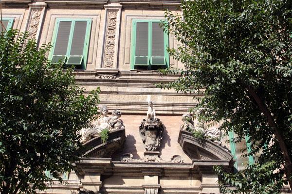 Umgeben von vielen historischen Gebäuden und Palästen einer der pulsierensten Plätze Neapels
