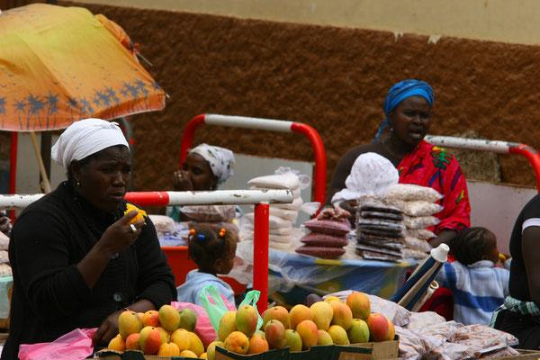 Assomada (7.500 Ew.) hat verschiedene Markttage, an denen Gemüse, Obst, Schweine, Hühner und Kleidung den Besitzer wechseln