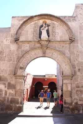 Als eine der Hauptsehenswürdigkeiten liegt das Kloster Santa Catalina der Schwestern vom Orden der hl. Katharina von Siena nahe des Zentrums.