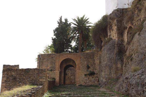 auf der anderen Seite das sehr antike und geheime Ronda mit abseits gelegenen Palästen und Kirchen