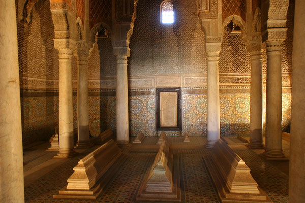 Königsgräber im Saal der 12 Säulen im Hauptgrabmal: die vollkommenste Architekturschöpfung d. Epoche
